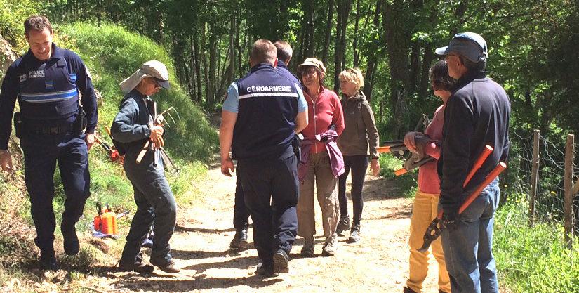 Les Forces de l'Ordre dépêchées pour stopper le débroussaillage du chemin rural de la Gardette par des citoyens bénévoles.